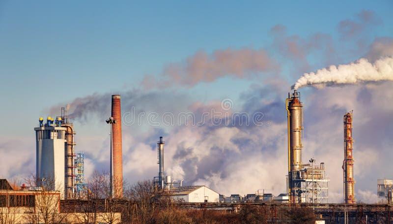 Rafineria ropy naftowej z opary - petrochemiczny przemysł zdjęcia royalty free