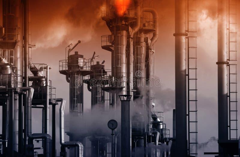 Rafineria ropy naftowej z płonącymi bezpieczeństwo płomieniami i czerwonym niebem zdjęcia royalty free