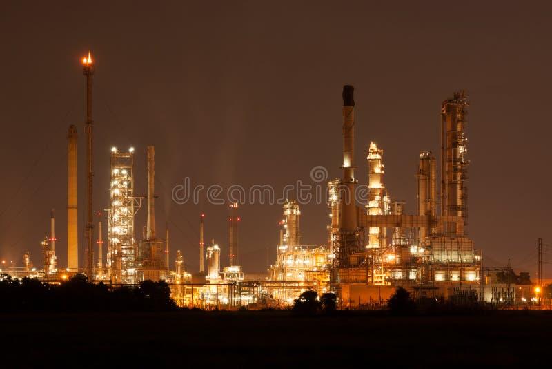 Rafineria ropy naftowej, zakład petrochemiczny przy industial nieruchomości nighttime zdjęcie royalty free