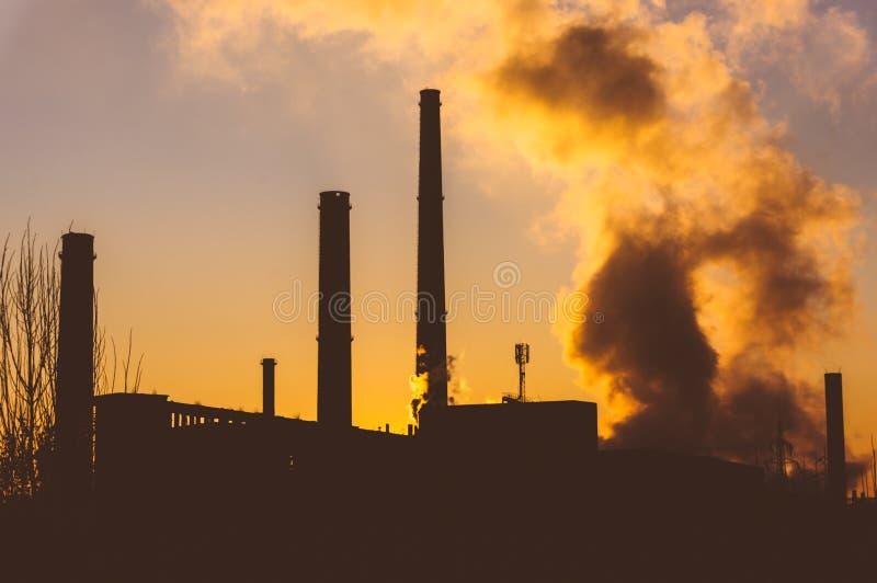 Rafineria z dymem zdjęcia stock