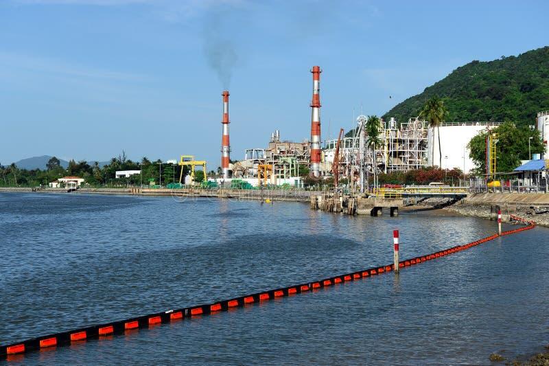 Rafinerii ropy naftowej fabryczny pobliski morze fotografia royalty free