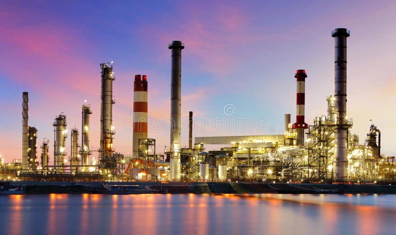 Rafinerii ropy naftowej przemysłowa roślina przy nocą zdjęcia stock
