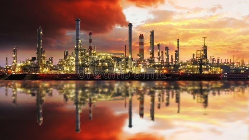 Rafinerii ropy naftowej przemysłowa roślina przy nocą zdjęcie royalty free