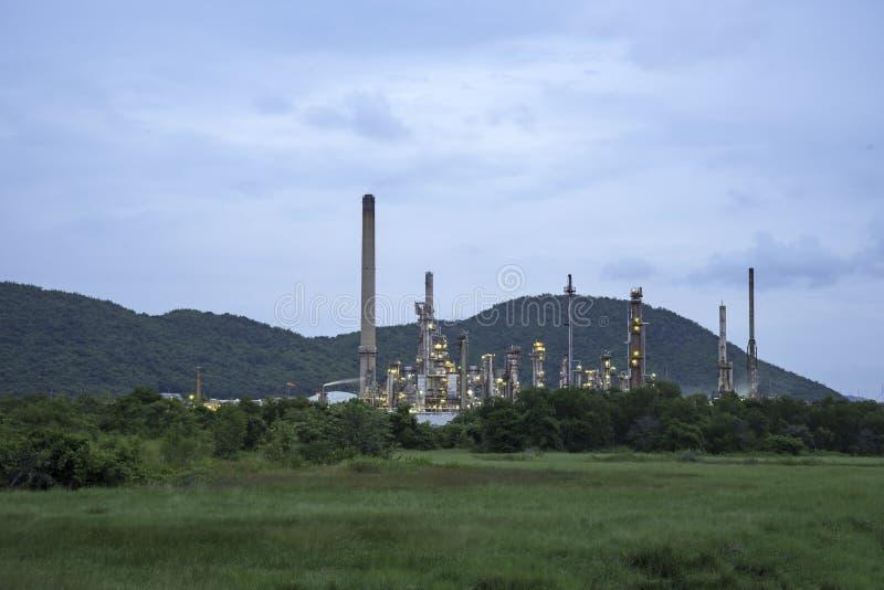 Rafinerii ropy naftowej roślina przy wschodem słońca z niebem zdjęcie stock