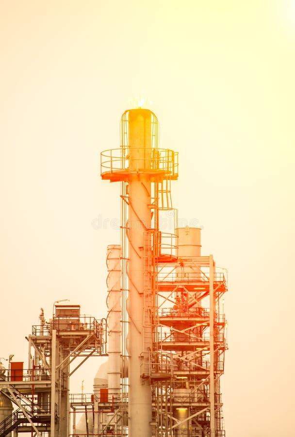 Rafinerii ropy naftowej roślina przy wschodem słońca z niebem obrazy stock