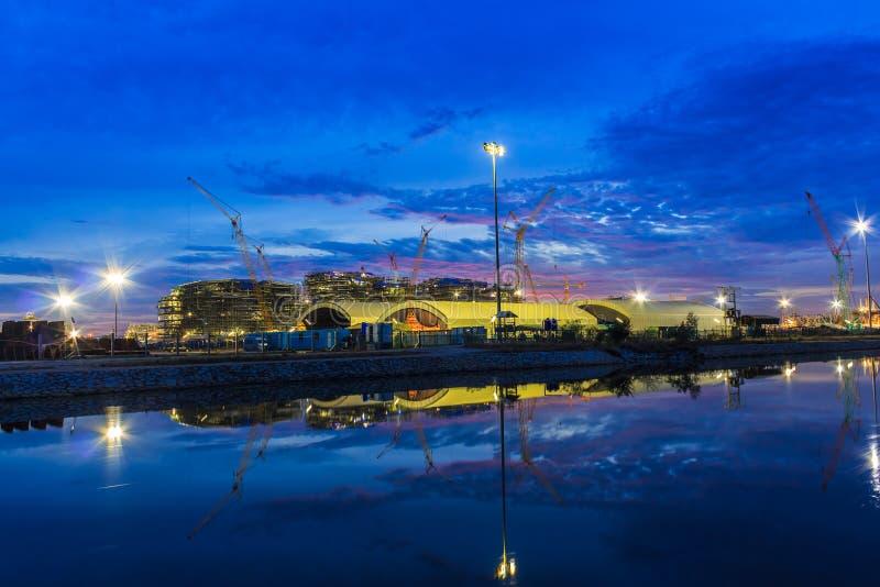 Rafinerii ropy naftowej rośliny nocy sceny niedaleka rzeka w Tajlandia obrazy stock