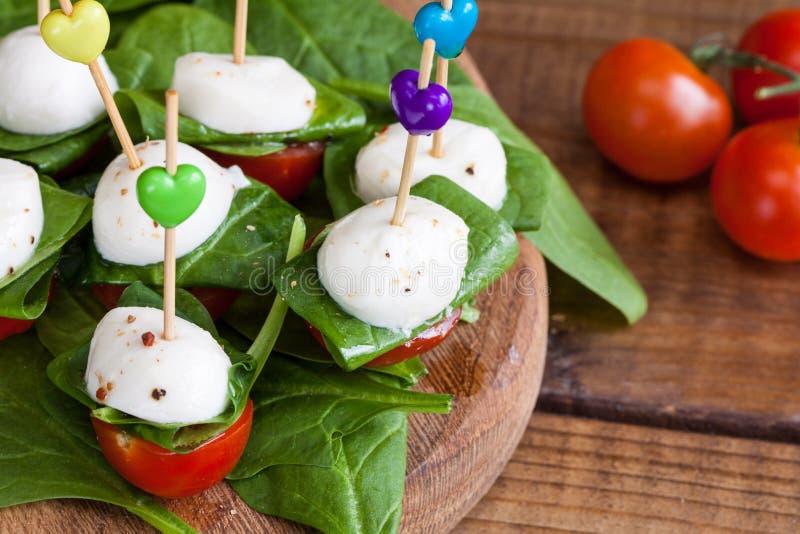 Rafra?chissement avec les tomates-cerises et le mozzarella photographie stock