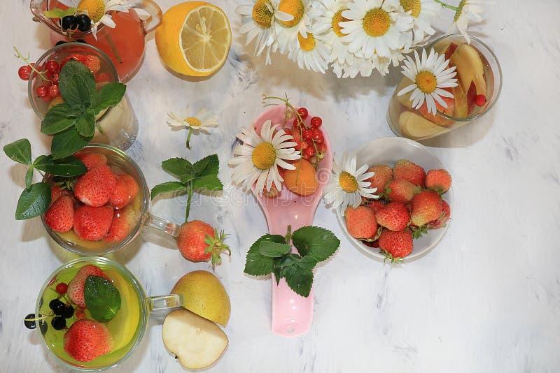 Rafrescamentos do verão e frutos, foco seletivo, vista superior, espaço da cópia Morango, pera, limonada da maçã e saboroso fresc foto de stock