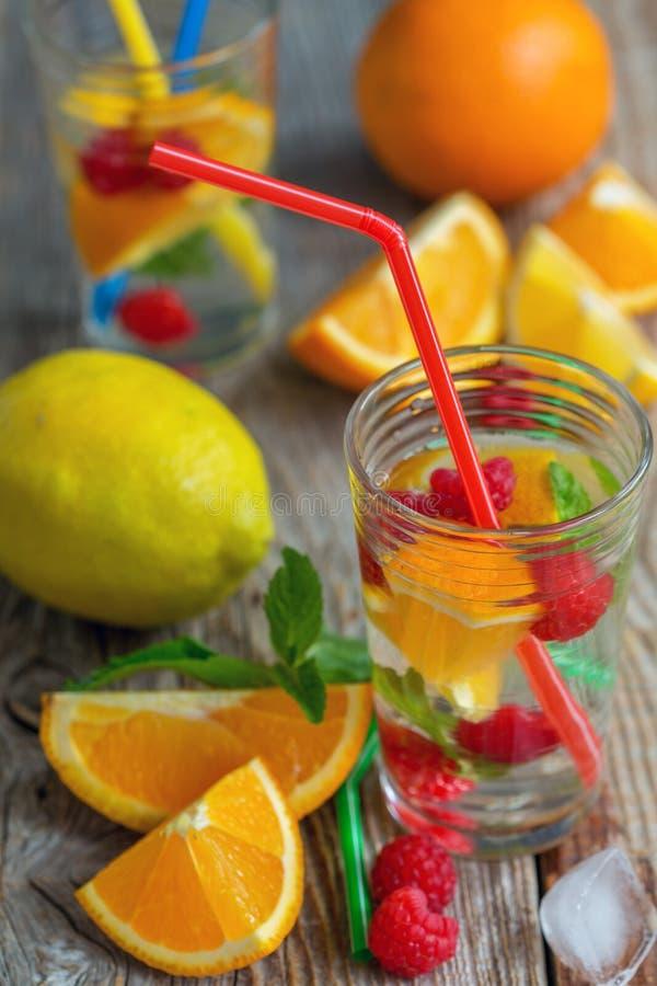 Rafrescamentos e fruto do verão imagem de stock
