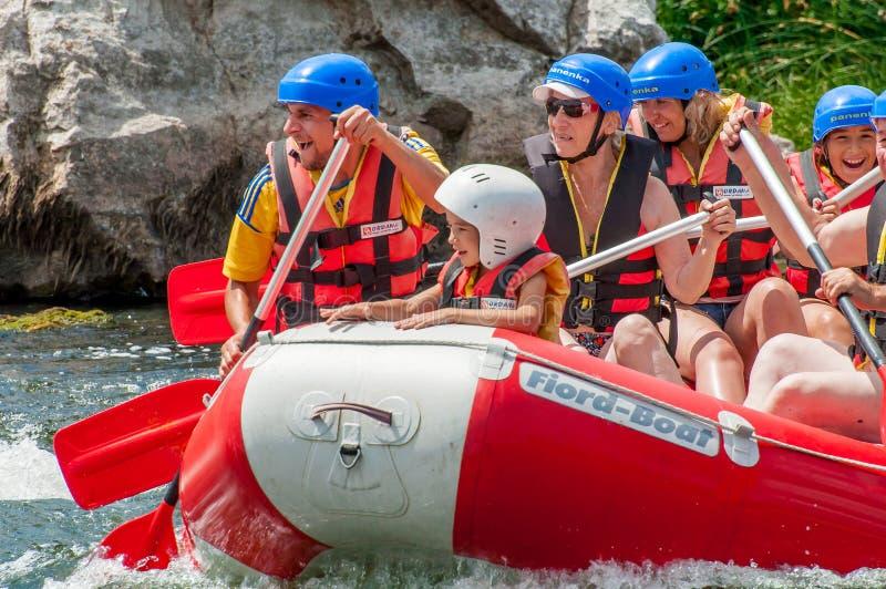 Rafting και Ακραίος, συναισθηματικός εταιρικός οικολογικός τουρισμός υπολοίπου Ομαδική εργασία Τα παιδιά έχουν τη διασκέδαση στη  στοκ εικόνες
