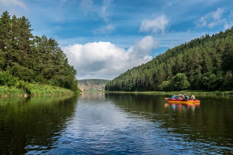 Rafting σε έναν ποταμό βουνών σε ένα καταμαράν στοκ φωτογραφίες με δικαίωμα ελεύθερης χρήσης
