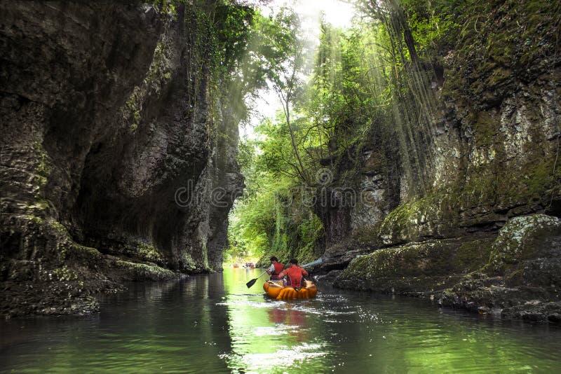 Rafting σε έναν όμορφο σαφή ποταμό βουνών στοκ φωτογραφίες