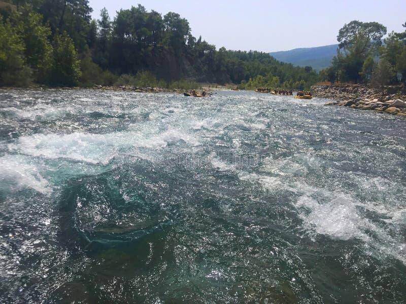 Rafting στον ποταμό βουνών στοκ εικόνα