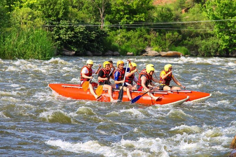 Rafting av turister med en erfaren instruktör på floden royaltyfri foto