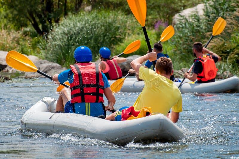 rafting Deportes emocionantes y extremos para la familia y la reconstrucción corporativa Trabajo en equipo foto de archivo