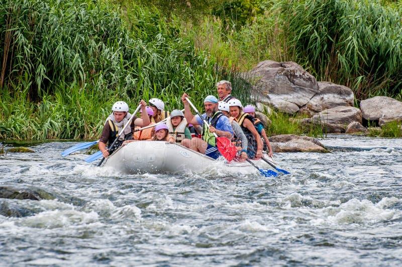 rafting Deportes emocionantes y extremos para la familia y la reconstrucción corporativa Trabajo en equipo imagen de archivo