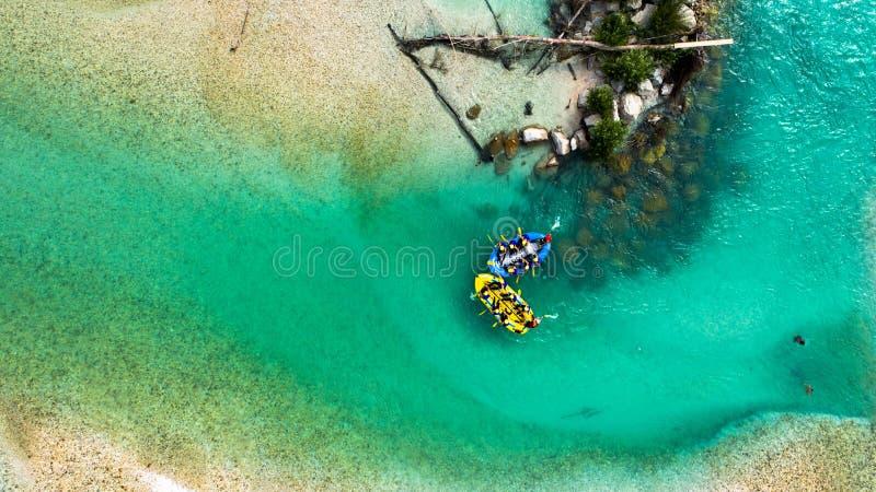 Rafting di Whitewater sulle acque verde smeraldo del fiume di Soca, Slovenia fotografie stock libere da diritti