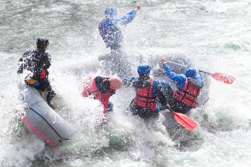 Rafting, die de stroomversnelling bespatten stock fotografie