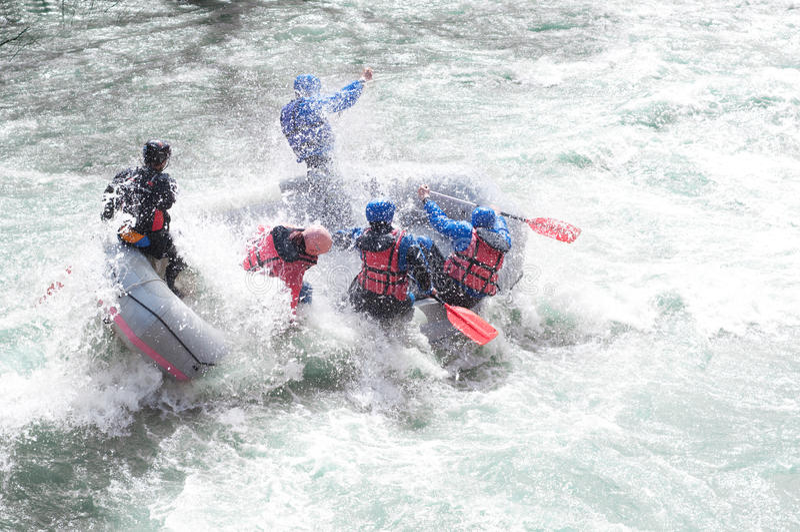 Rafting, die de stroomversnelling bespatten royalty-vrije stock afbeeldingen