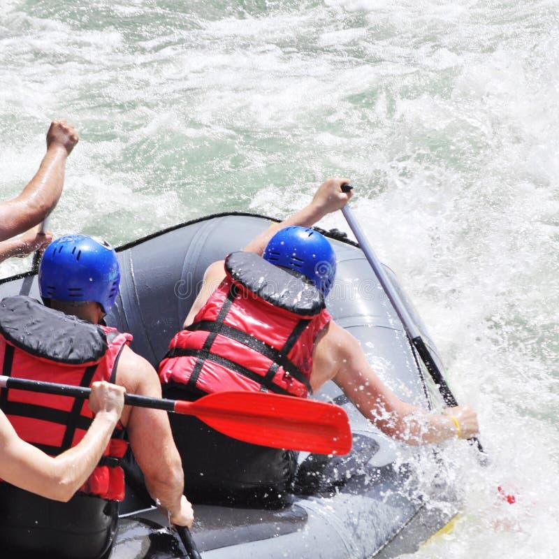 Rafting, die de stroomversnelling bespatten royalty-vrije stock fotografie