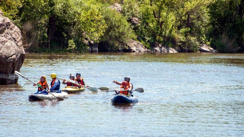 Rafting e kayak Il gruppo di persone sta navigando su una barca gonfiabile di gomma teamwork estremo Turismo ecologico immagini stock