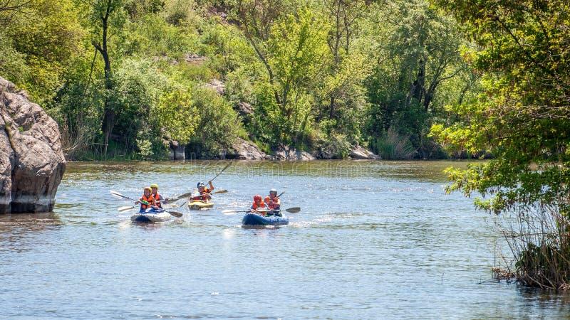 Rafting e kayak Il gruppo di persone sta navigando su una barca gonfiabile di gomma teamwork Sport estremo immagini stock libere da diritti