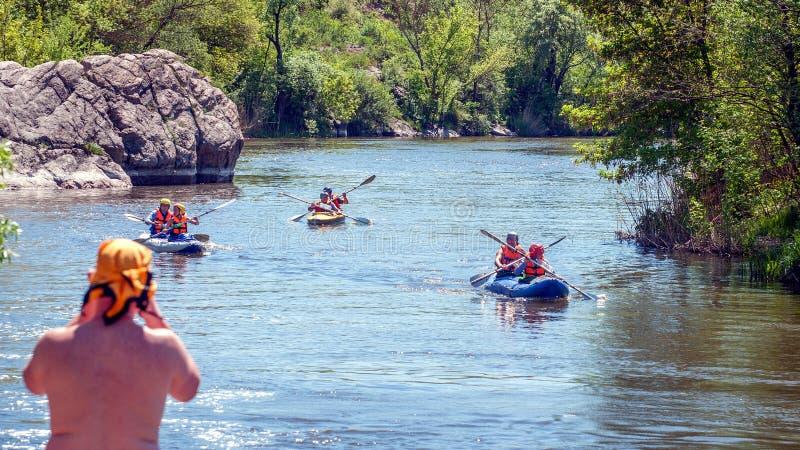 Rafting e kayak Il gruppo di persone sta navigando su una barca gonfiabile di gomma teamwork Sport estremo fotografia stock
