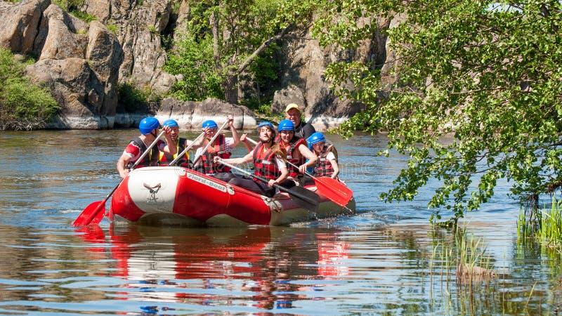 Rafting e kayak Il gruppo di persone sta navigando su una barca gonfiabile di gomma teamwork Turismo ecologico dell'acqua immagine stock libera da diritti
