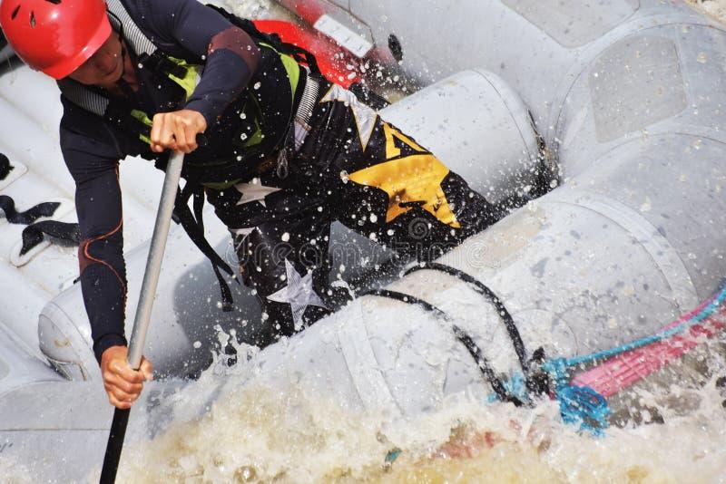 Rafting i det vita vattnet arkivbilder