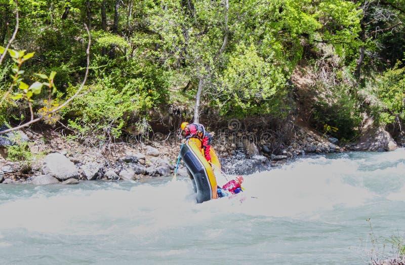 Rafting i en flod av Huesca, Spanien Grupp av turister i den uppbl?sbara flotten arkivbilder