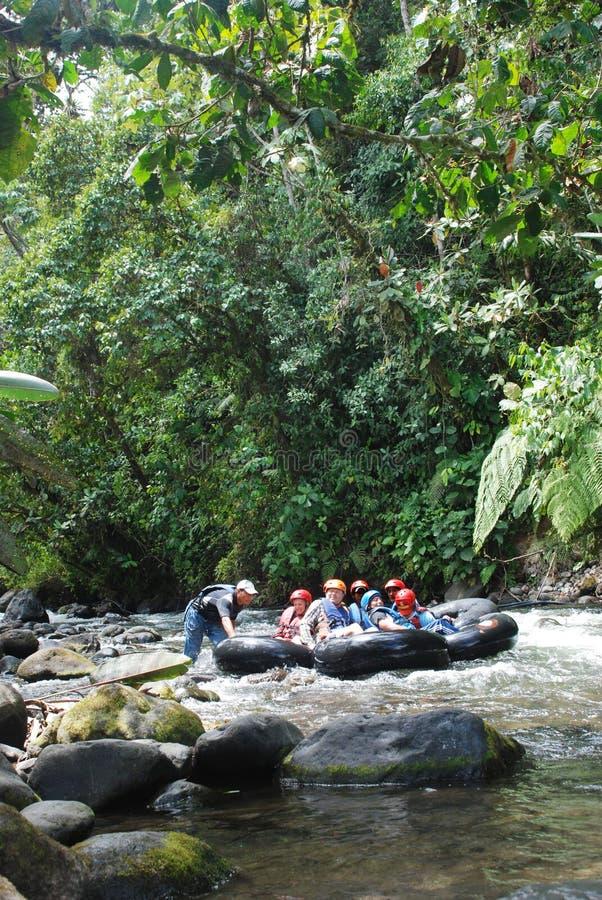 Rafting på en flod i Mindo, Ecuador arkivbild