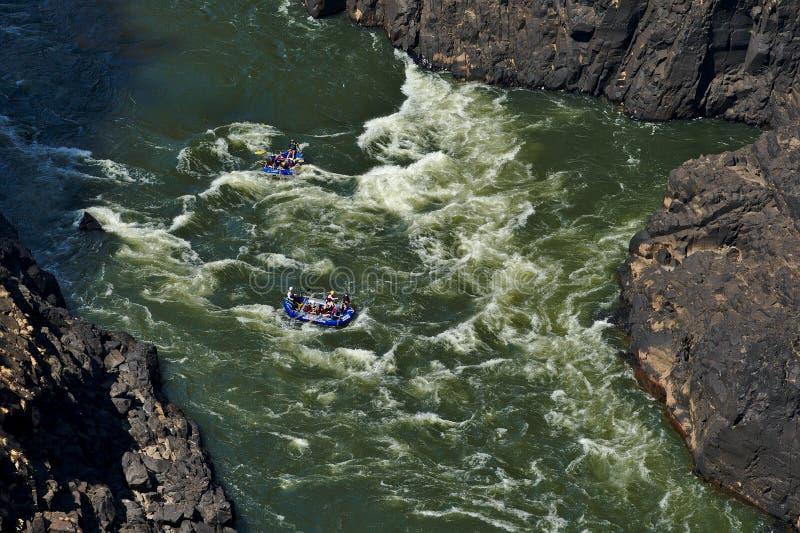 Rafting på Zambezi River Victoria Falls Zimbabwe Uppblåsbara fartyg i forsarna arkivbild