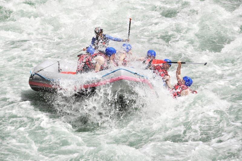 Rafting som plaskar det vita vattnet royaltyfri fotografi