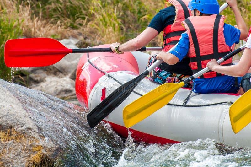 rafting Superar obstáculos Opinión del primer de remos con salpicar el agua fotos de archivo