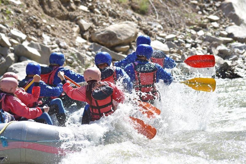 Raftingsteam het bespatten stock afbeelding