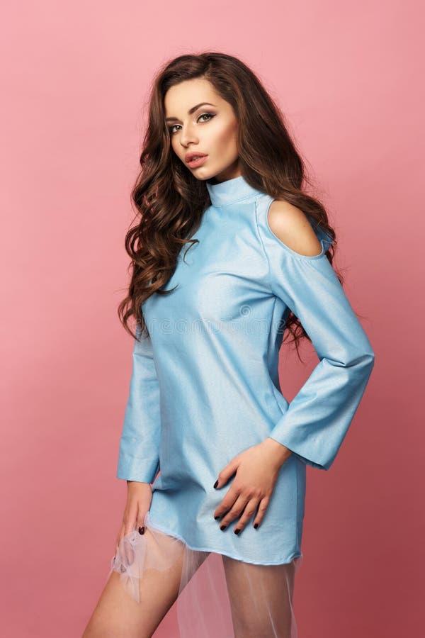 Ragazza abbastanza alla moda in vestito blu immagine stock libera da diritti