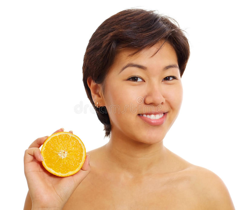 Ragazza abbastanza asiatica con a metà arancione immagine stock