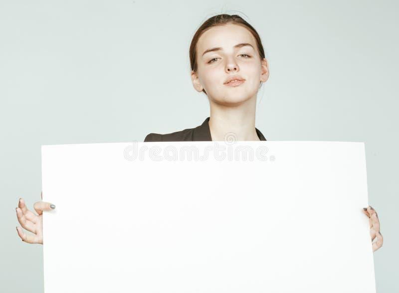 Download Ragazza Abbastanza Castana Dei Giovani Con Il Cartello Su Bianco Fotografia Stock - Immagine di people, carta: 56891514