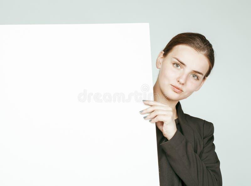 Download Ragazza Abbastanza Castana Dei Giovani Con Il Cartello Su Bianco Immagine Stock - Immagine di umano, stretta: 56892557