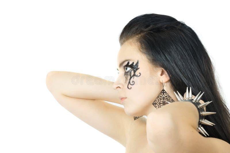 Ragazza abbastanza giovane della roccia con il tatoo sul fronte fotografie stock libere da diritti