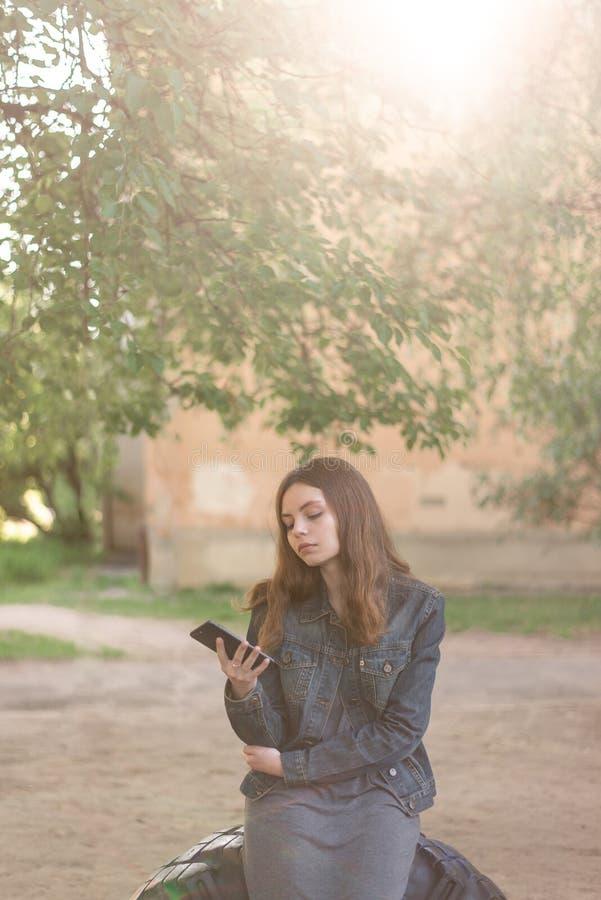 Ragazza abbastanza teenager che utilizza telefono nei media sociali fotografie stock
