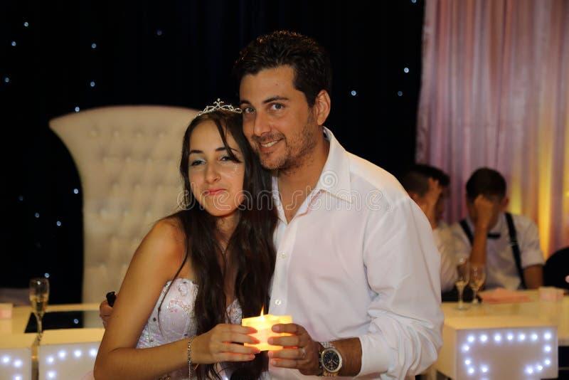 Ragazza abbastanza teenager di compleanno di quinceanera che celebra nel partito di rosa del vestito da principessa, celebrazione fotografie stock libere da diritti