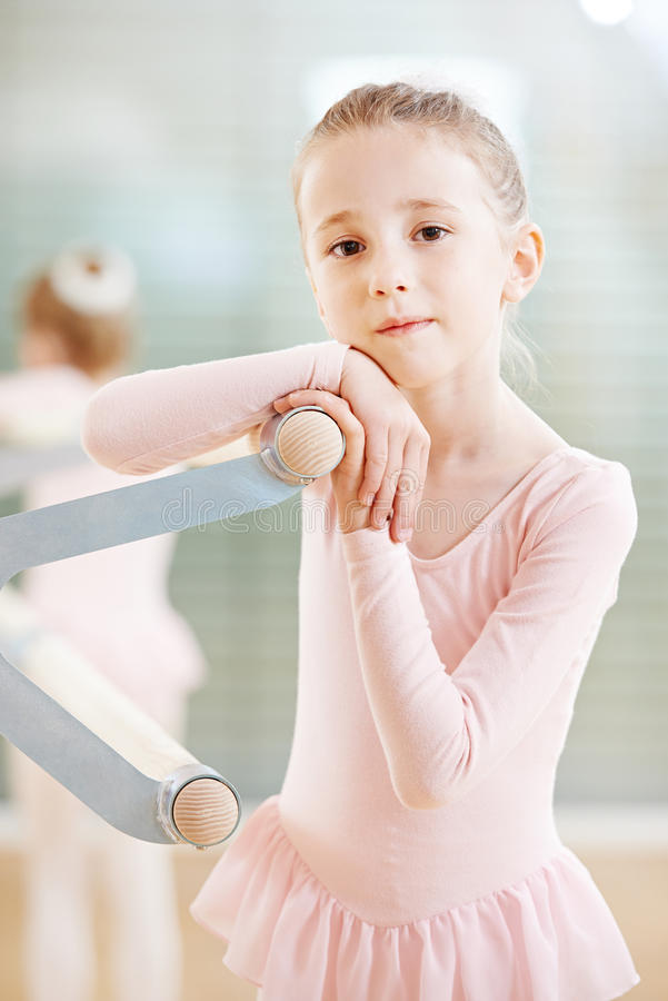Ragazza ad addestramento di balletto immagine stock