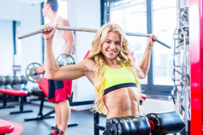 Ragazza ad addestramento posteriore di sport nella palestra di forma fisica fotografia stock