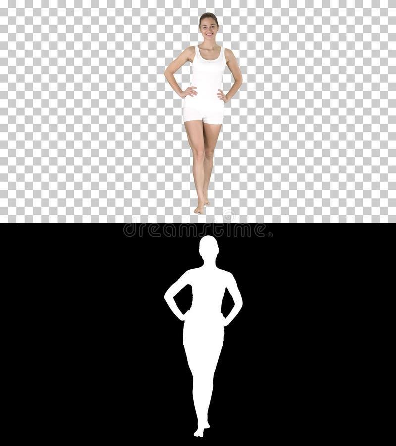 Ragazza adatta e sportiva in biancheria intima bianca che cammina a piedi nudi con le mani sulle sue anche, Alpha Channel immagini stock libere da diritti
