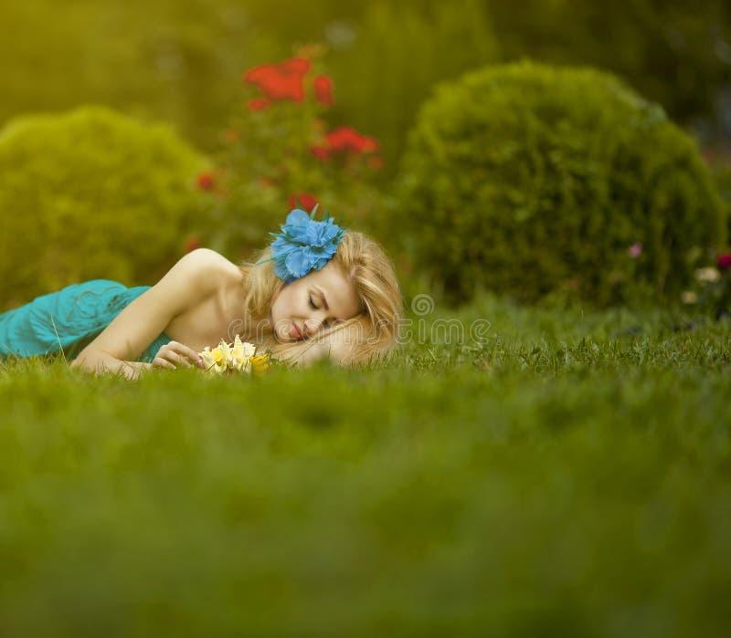 Ragazza addormentata sull'erba fotografie stock libere da diritti
