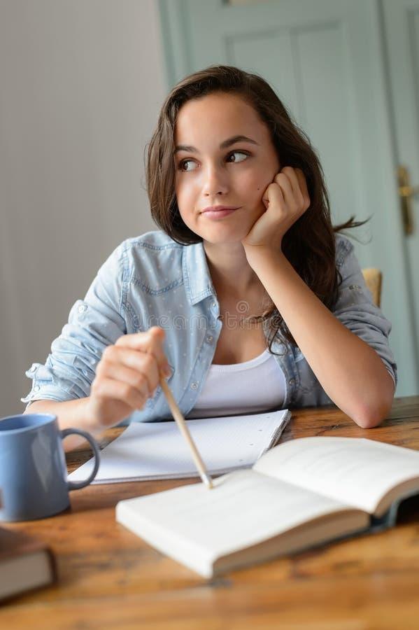 Ragazza adolescente annoiata dello studente che studia a casa fotografia stock libera da diritti