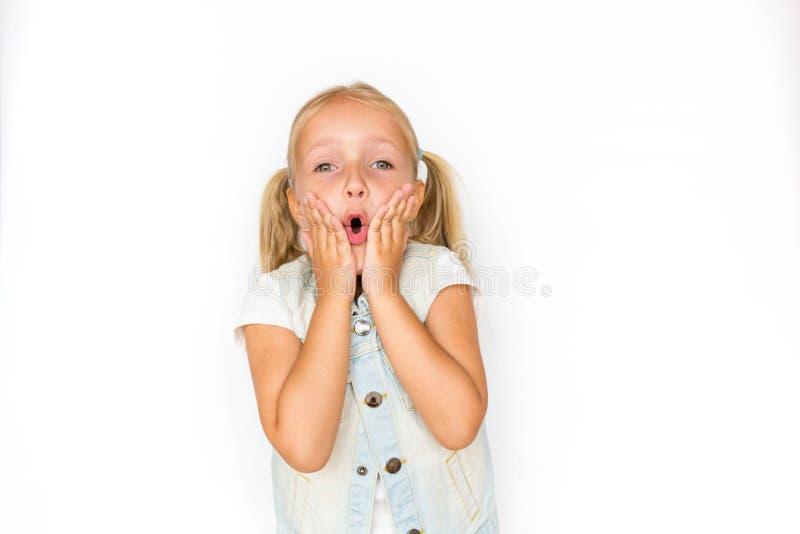 Ragazza adorabile che indica allo spazio vuoto, ritratto emozionale Bambino sorridente che presenta sconto di vendita immagini stock libere da diritti