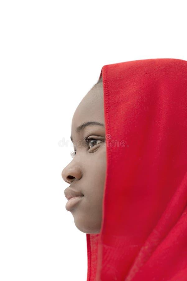 Ragazza adorabile che indossa un foulard rosso, vista laterale, isolata immagine stock