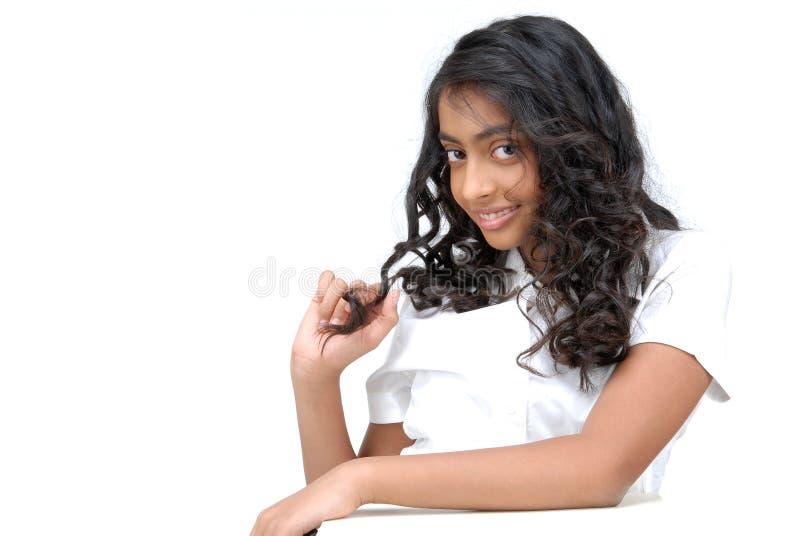 Ragazza adorabile con capelli ricci fotografia stock libera da diritti